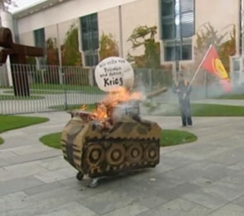 Panzer vor dem Bundeskanzleramt in Brand gesteckt