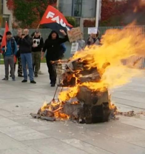 Panzer aus Pappmaché fast komplett ausgebrannt vor dem Bundeskanzleramt