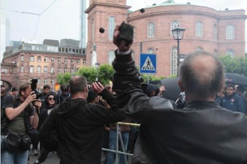 Steine fliegen aus dem Schwarzen Block in Frankfurt gegen Petra Roth und Angela Merkel