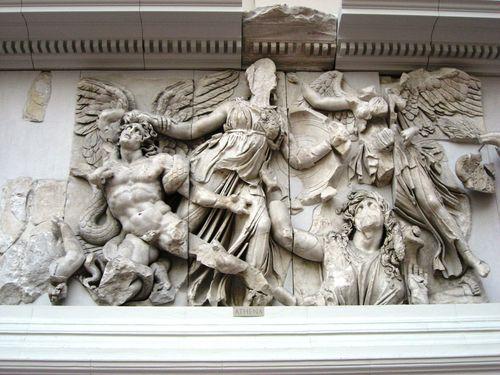 Dämonin der Erde mit Alkyoneus (links), Athena (Mitte) und Nike (rechts oben)